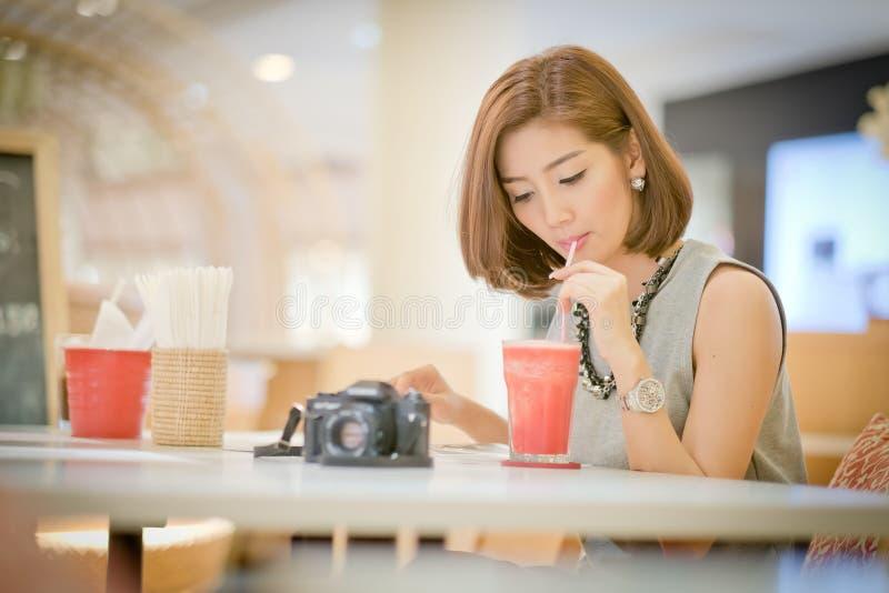 De vrouw van de reistoerist op vakantie, het Drinken watermeloensap smoot royalty-vrije stock afbeeldingen