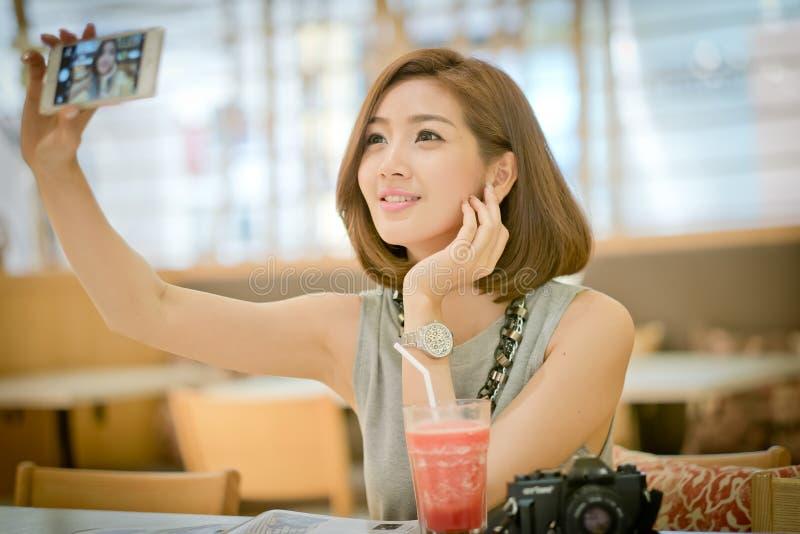 De vrouw van de reistoerist op vakantie, het Drinken watermeloensap smoot stock foto