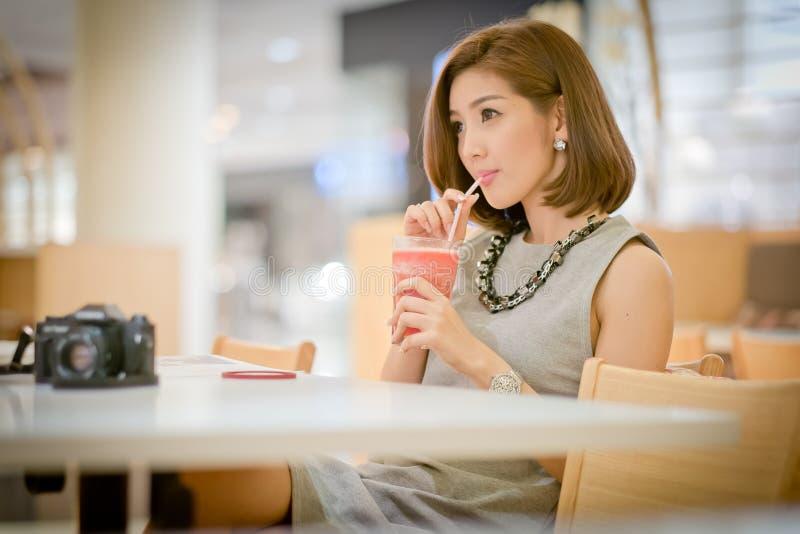 De vrouw van de reistoerist op vakantie, het Drinken watermeloensap smoot stock afbeelding