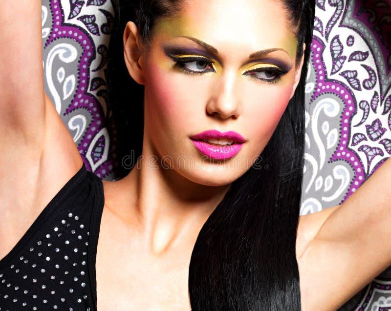 De vrouw van de schoonheid met maniermake-up op gezicht stock foto's