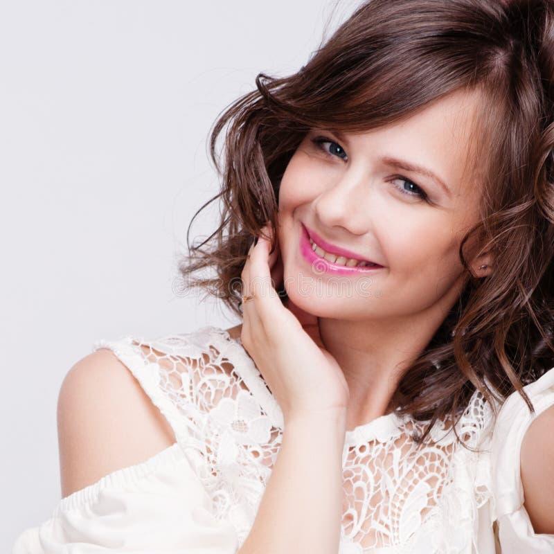 De Vrouw van de schoonheid met Perfecte Make-up Mooie Professionele Vakantiesamenstelling Purpere Lippen en Spijkers Het Gezicht  royalty-vrije stock foto's