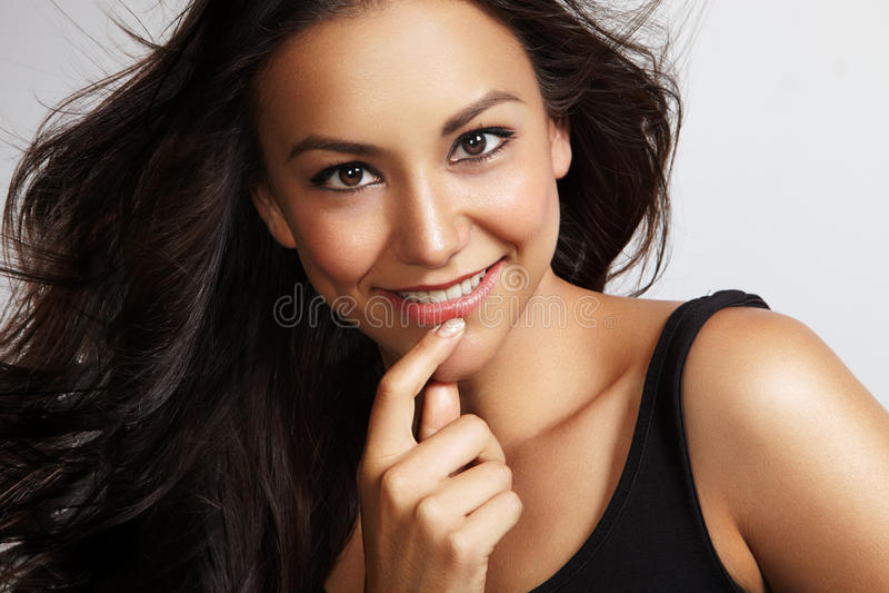 De vrouw van de schoonheid wat betreft haar gezicht stock afbeeldingen
