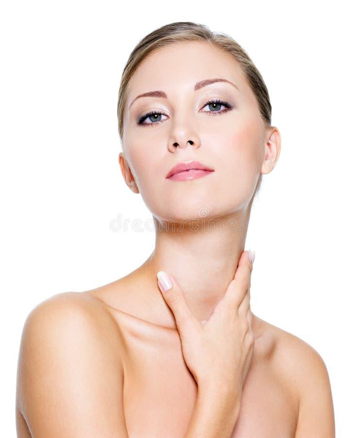 De vrouw van de schoonheid wat betreft hals stock afbeelding