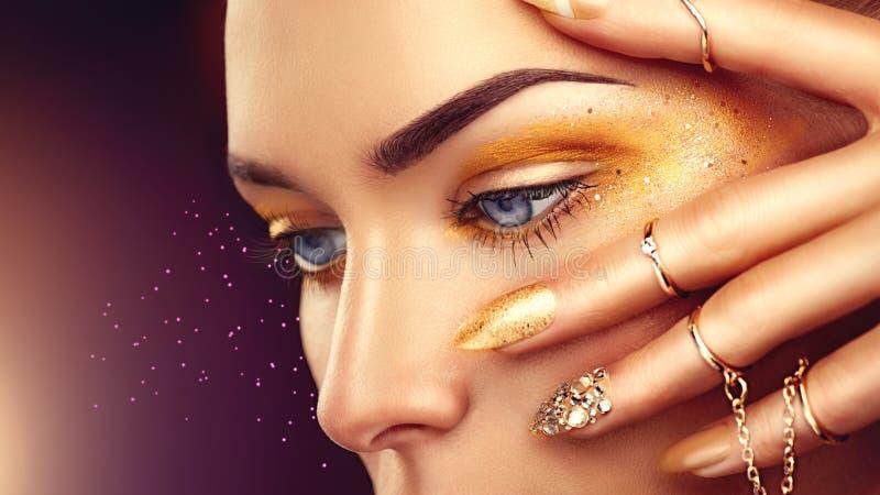 De vrouw van de schoonheidsmanier met gouden make-up royalty-vrije stock afbeeldingen