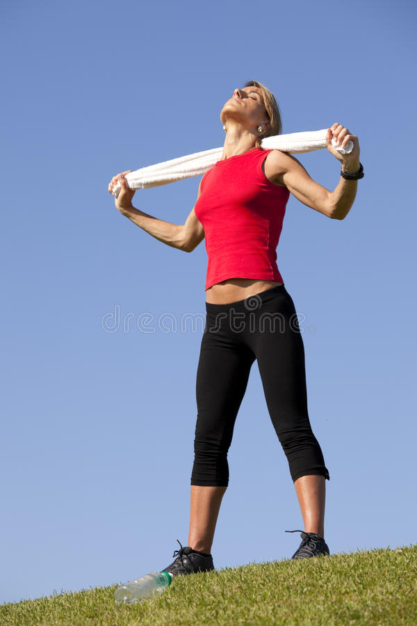 De vrouw van de sport met een handdoek stock foto