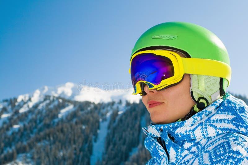 De vrouw van de sport in sneeuwbergen royalty-vrije stock fotografie