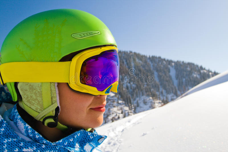 De vrouw van de sport in sneeuwbergen stock afbeeldingen