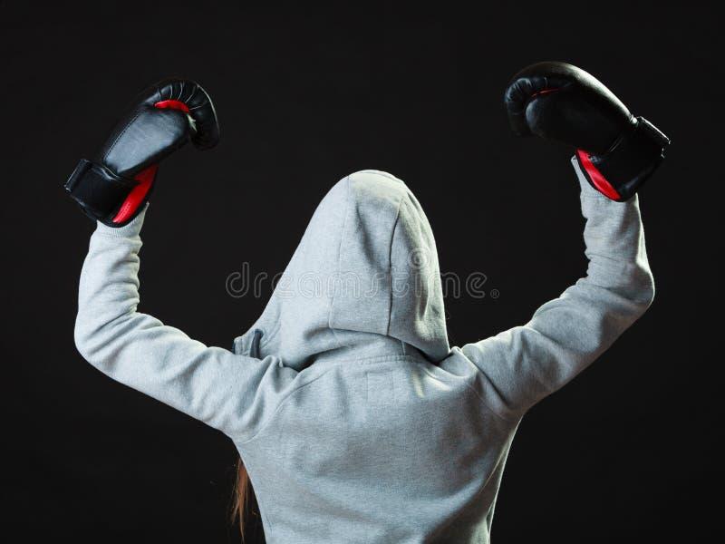 De vrouw van de sportbokser in het zwarte handschoenen in dozen doen royalty-vrije stock fotografie