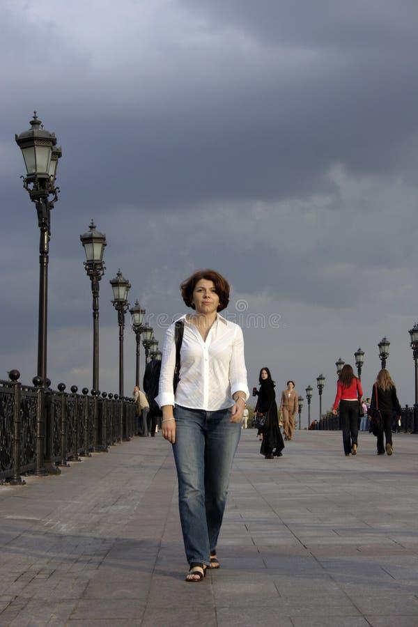 De vrouw van de stad stock afbeeldingen
