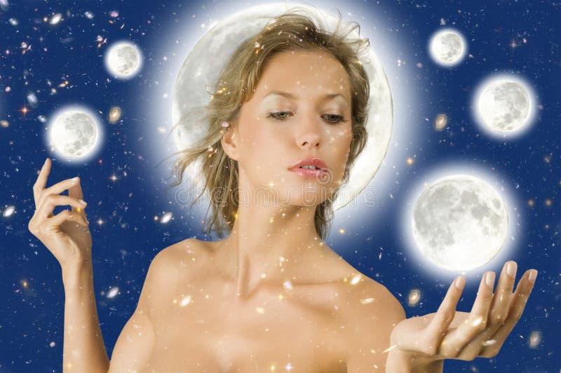 De vrouw van de ster op de maan stock foto