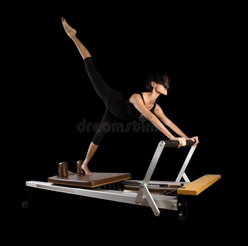 De vrouw van de trainingoefeningen van de Pilateshervormer royalty-vrije stock afbeelding