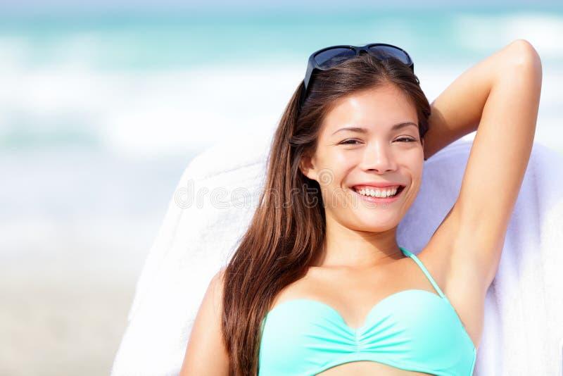 De vrouw van de vakantie het ontspannen sunbed stock afbeeldingen