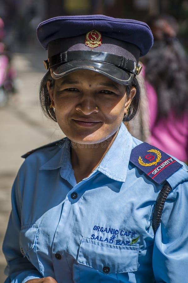 De vrouw van de veiligheid op de straat van Katmandu stock afbeeldingen