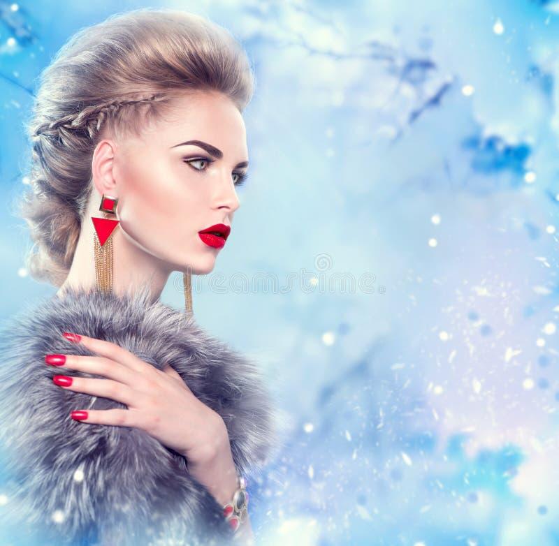 De vrouw van de winter in bontjas stock foto's