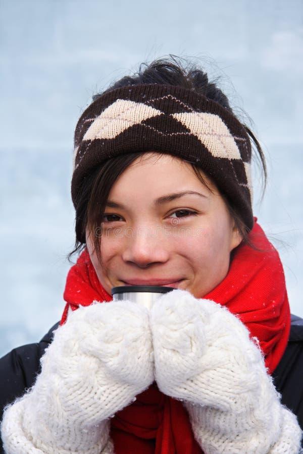 De vrouw van de winter met hete drank royalty-vrije stock afbeeldingen