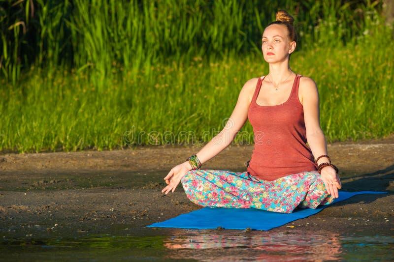 De vrouw van de yoga stock foto's
