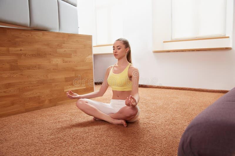 De vrouw van de yoga Jonge Dame Practicing Morning Meditation royalty-vrije stock fotografie