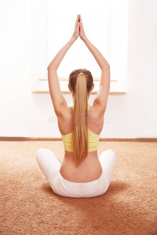 De vrouw van de yoga Jonge Dame Practicing Morning Meditation stock afbeelding