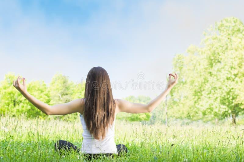 De vrouw van de yoga in openlucht stock foto's