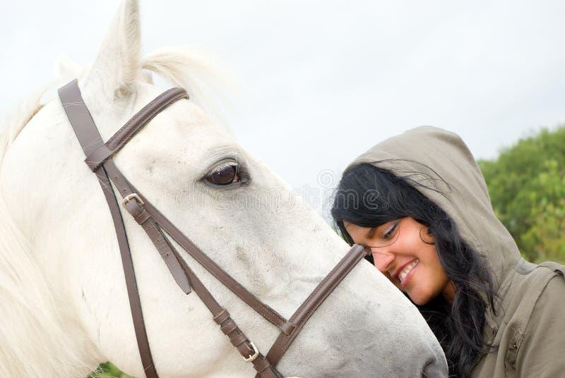 De vrouw van Eautiful met een paard royalty-vrije stock foto's