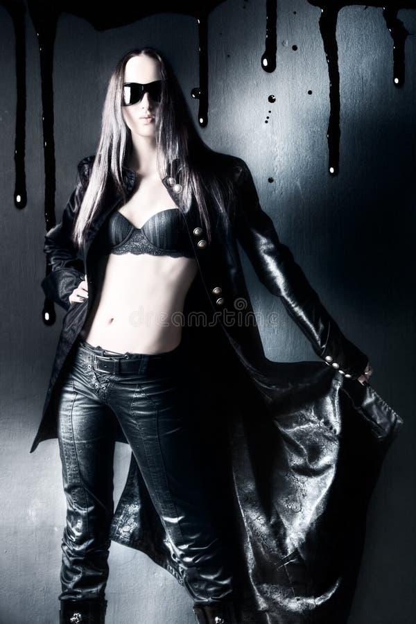 De vrouw van Goth met zwarte regenjas royalty-vrije stock afbeelding
