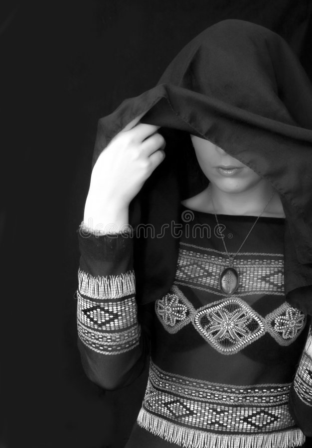 De Vrouw van Goth onder Zwarte Sjaal royalty-vrije stock afbeeldingen
