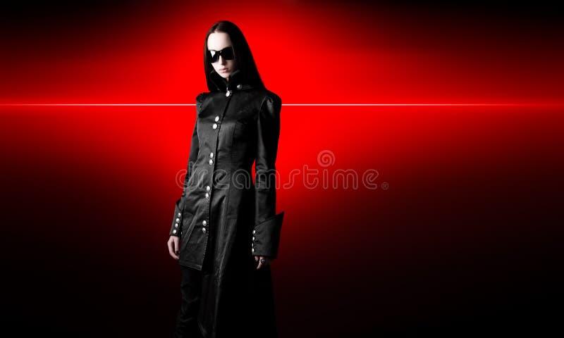 De vrouw van Goth in zwarte mantel stock foto