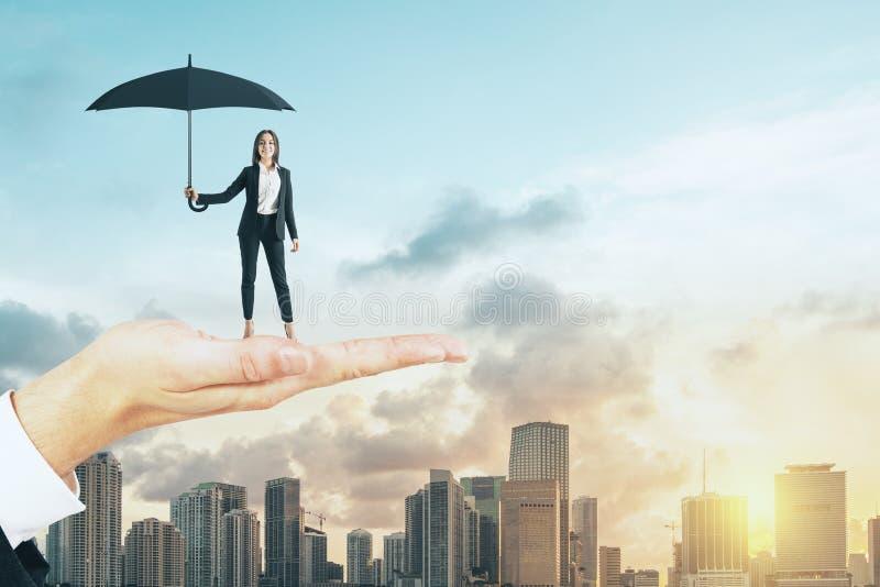 De vrouw van de handholding met paraplu stock foto