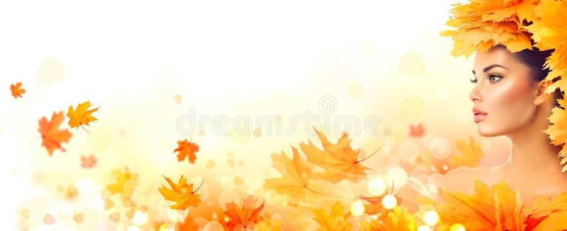 De vrouw van de herfst Mooie vrouw die in het bos op een dalingsdag loopt Daling Schoonheids modelmeisje met de herfst heldere bl royalty-vrije stock fotografie