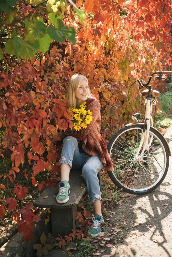De vrouw van de herfst Mooie vrouw die in het bos op een dalingsdag loopt Meisje in de de herfsttuin Het kunstwerk van romantisch royalty-vrije stock afbeeldingen