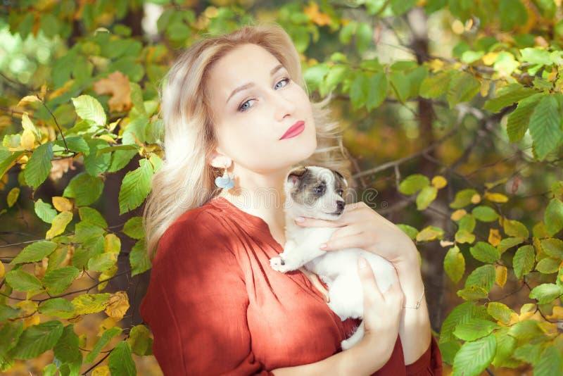 De vrouw van het Bbeautifulblonde met een puppy royalty-vrije stock afbeelding