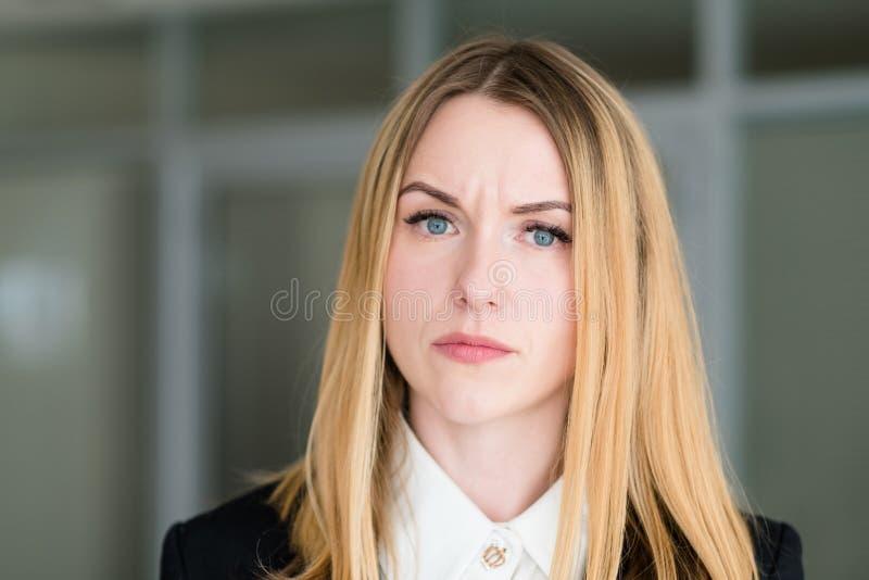 De vrouw van het emotiegezicht het spottende ziet onderzoeken eruit stock foto