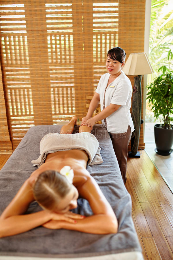 De Vrouw van het kuuroord De Massagetherapie van het oliebeen, Behandeling De zorg van de lichaamshuid royalty-vrije stock fotografie