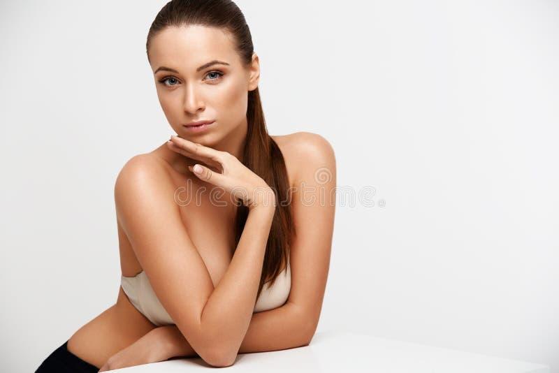 De Vrouw van het kuuroord Mooi Meisje wat betreft Haar Gezicht Perfecte huid Skinc stock foto's