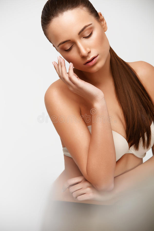 De Vrouw van het kuuroord Mooi Meisje wat betreft Haar Gezicht Perfecte huid Skinc royalty-vrije stock afbeelding