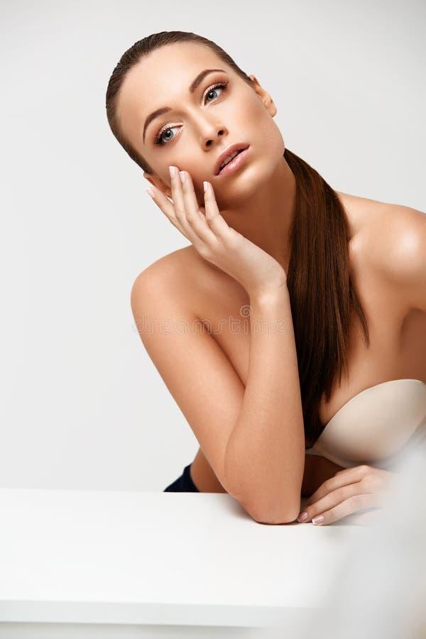 De Vrouw van het kuuroord Mooi Meisje wat betreft Haar Gezicht Perfecte huid Skinc stock afbeelding