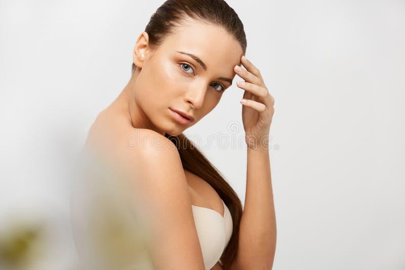 De Vrouw van het kuuroord Mooi Meisje wat betreft Haar Gezicht Perfecte huid Skinc royalty-vrije stock fotografie