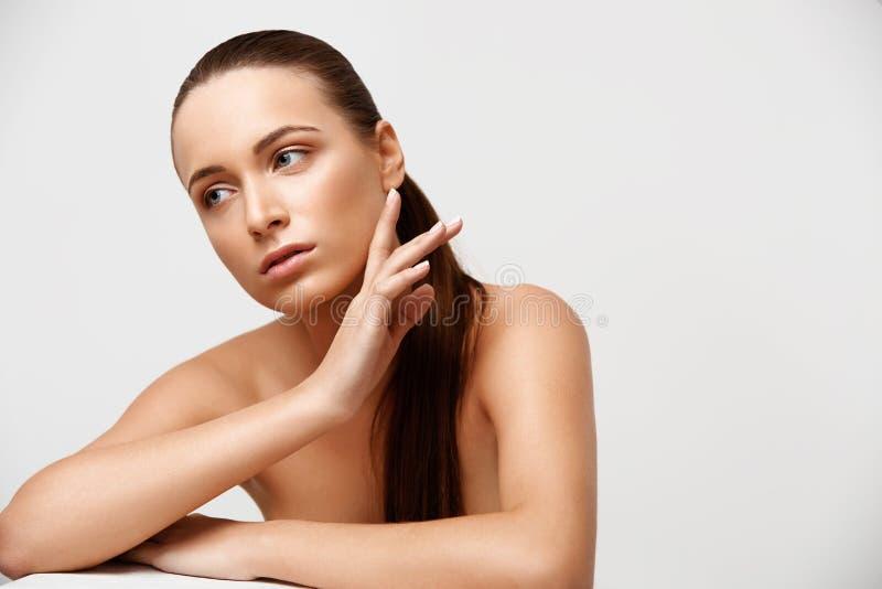 De Vrouw van het kuuroord Mooi Meisje wat betreft Haar Gezicht Perfecte huid Skinc stock fotografie