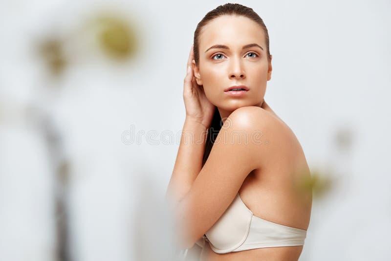 De Vrouw van het kuuroord Mooi Meisje wat betreft Haar Lichaam Perfecte huid Lichaam stock foto's