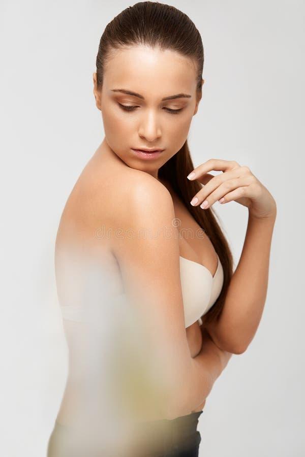 De Vrouw van het kuuroord Mooi Meisje wat betreft Haar Lichaam Perfecte huid Lichaam stock fotografie