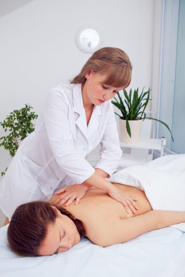 De Vrouw van het kuuroord Wijfje die Ontspannend Achtermassage in Cosmetology Spa Centrum genieten van Lichaamsverzorging, huidzo royalty-vrije stock foto's