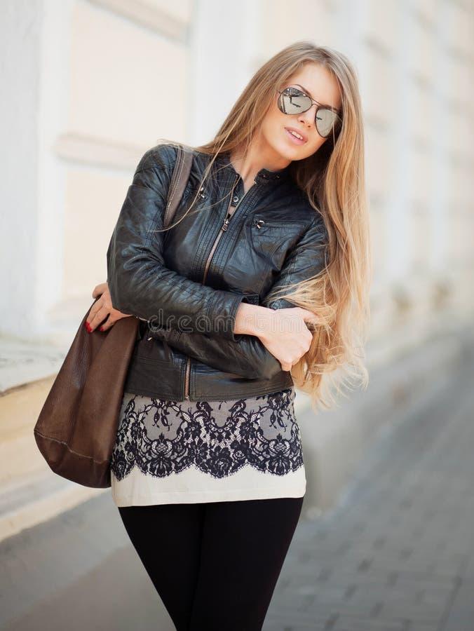De vrouw van het manierblonde in zonnebril - openluchtportret stock afbeeldingen