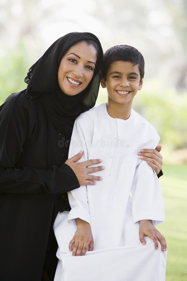 De vrouw van het Middenoosten met zoon royalty-vrije stock fotografie