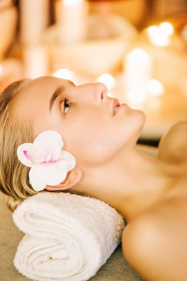 De vrouw van de de huidbehandeling van de kuuroordschoonheid op handdoek Schitterend mooi Kaukasisch vrouwelijk model die met per stock afbeeldingen
