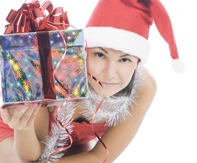 De vrouw van Kerstmis in de holdingsgift van de santahoed royalty-vrije stock afbeelding