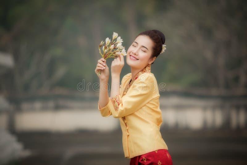 De vrouw van Laos in de traditionele kleding van Laos royalty-vrije stock afbeeldingen