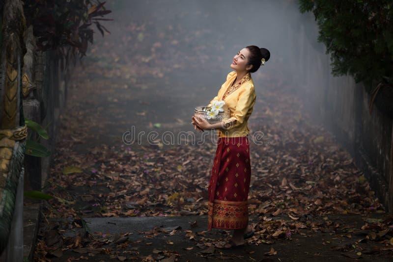 De vrouw van Laos in lao traditionele kleding stock foto's