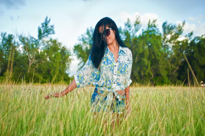 De vrouw van Latina met zonnebril royalty-vrije stock afbeeldingen