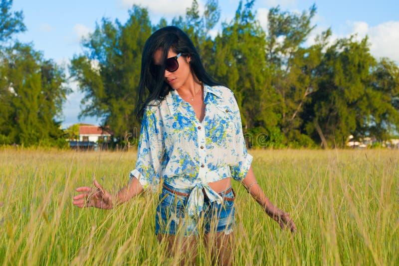 De vrouw van Latina met zonnebril en borrels stock afbeeldingen