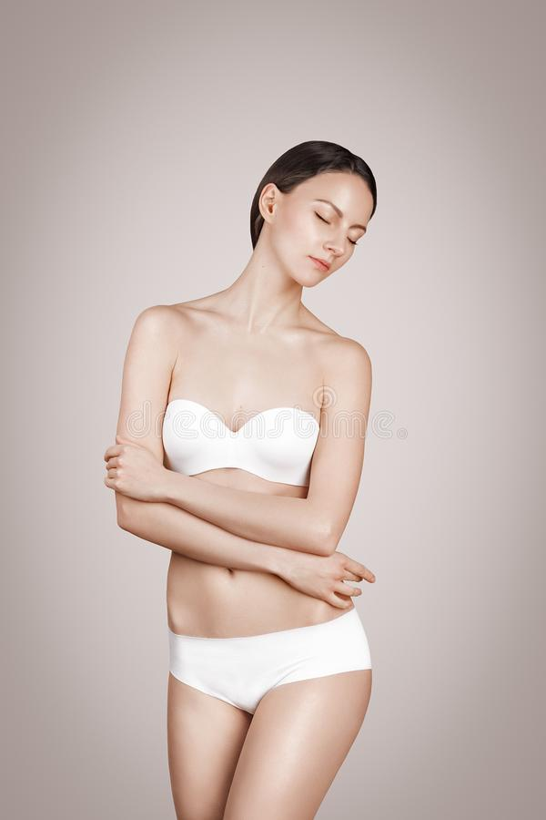 De vrouw van de manier wit de lingerieondergoed van het bikinibadpak stock foto's